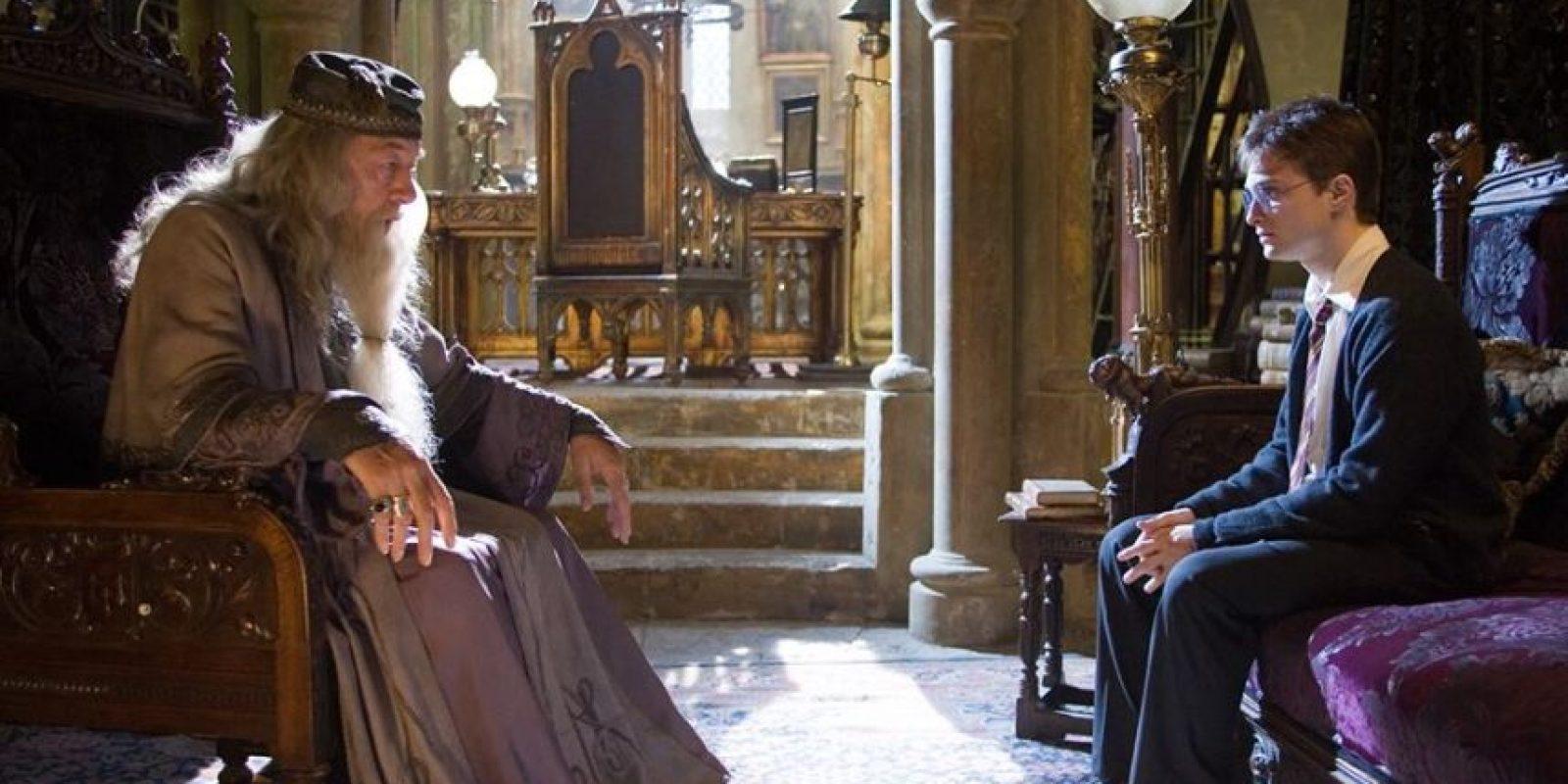 La historia de Dumbledore es muchísimo más oscura de lo que se ve en las películas: Su hermana, Ariana, quedó con su magia incontrolable. Esto mató a la madre, Kendra. Fuera de eso, en un duelo contra Gellert Grindelwald, la niña terminó muerta. Foto:vía facebook.com/HarryPotterUK