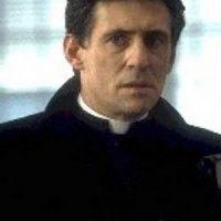 """Padre Andrew Kiernan"", de la película ""Stigmata"" / Actor: Gabriel Byrne Foto:Wikicommons"