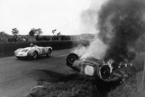 """En 1955 tuvo lugar la considerada peor tragedia en la historia del automovilismo y que es conocida como """"El desastre de Le Mans"""". Esto ocurrió el 11 de junio de 1955 durante la celebración de las 24 horas de Le Mans y que terminó con la muerte del piloto Pierre Levegh y 82 espectadores. Foto:Getty Images"""
