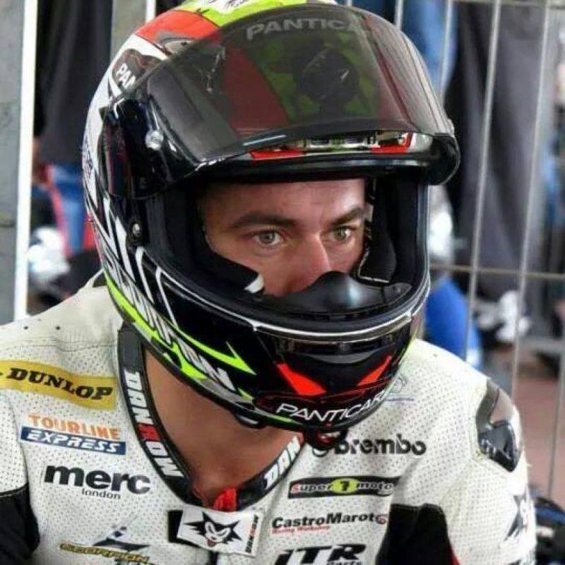 Apenas en la primera curva de la prueba, Dani Rivas sufrió un fallo en su motocicleta y tuvo que frenar en seco por lo que fue arrollado por varios motociclistas que no alcanzaron a detenerse. Foto:Vía facebook.com/pages/Dani-Rivas/672268496201647