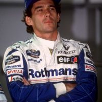 En la séptima vuelta de la carrera, Senna lideraba, pero al entrar en la curva de Tamburello, perdió el control de su monoplaza y se estrelló contra el muro de contención a más de 320 kilómetros por hora. A pesar de las asistencias médicas, murió casi instantáneamente, según la autopsia, aunque la noticia se dio varias horas después. Foto:Getty Images