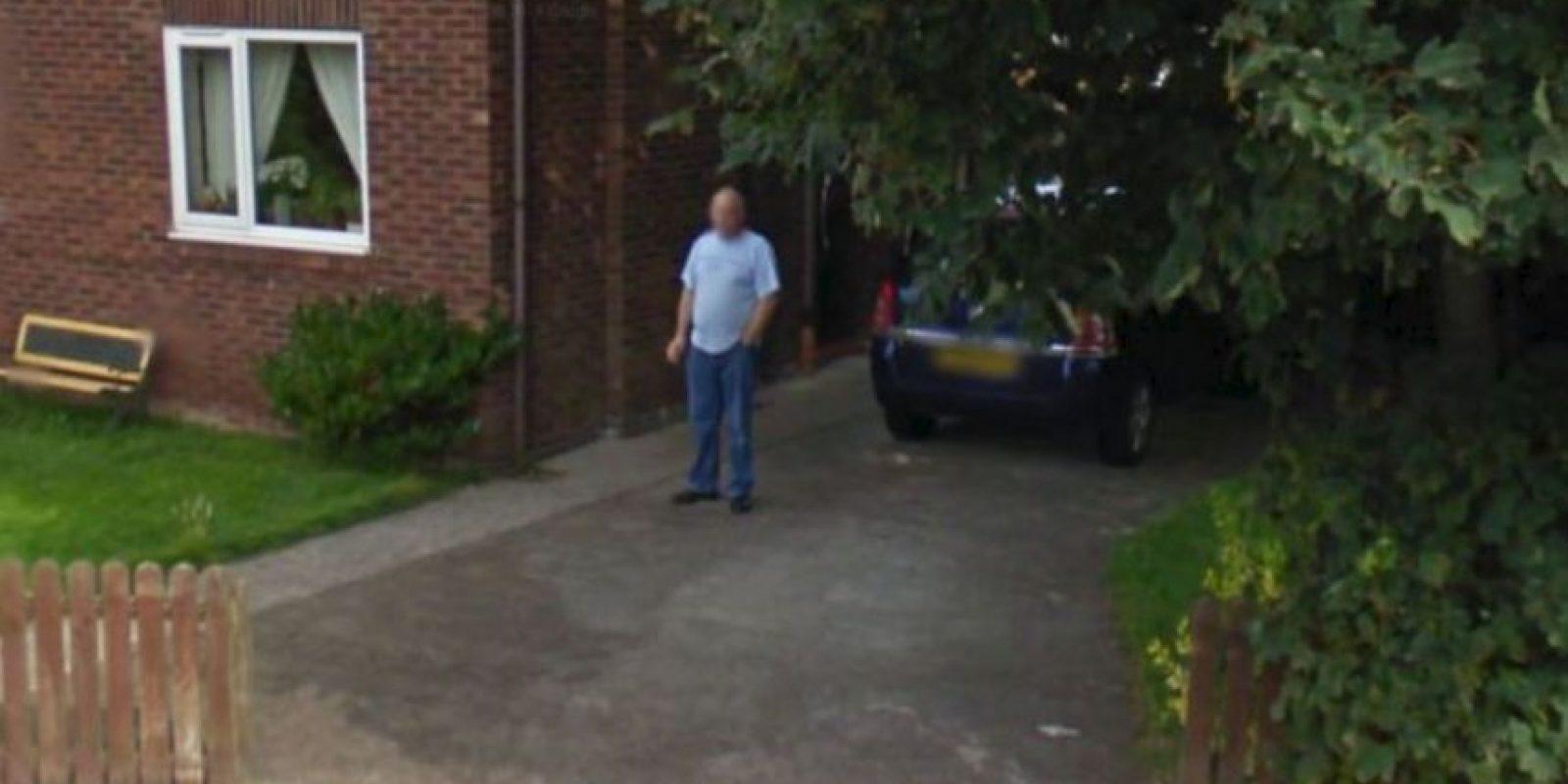 Pero ¿este hombre que solo fuma? El problema es que su foto se hizo viral porque le prometió a su mujer dejar de fumar. Foto:vía Google Street View
