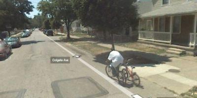 Ahora el pobre anda castigado. No quizás como este ladrón de bicicletas. Foto:vía Google Street View