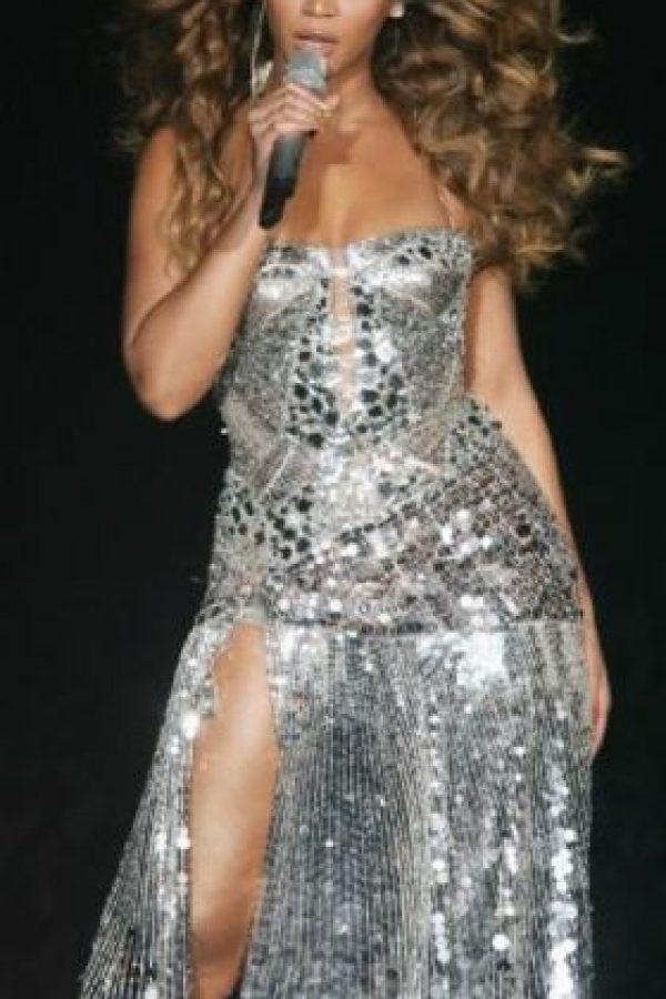 Un año después Beyoncé lució el mismo vestido durante una presentación en Reino Unido. Foto:Getty Images