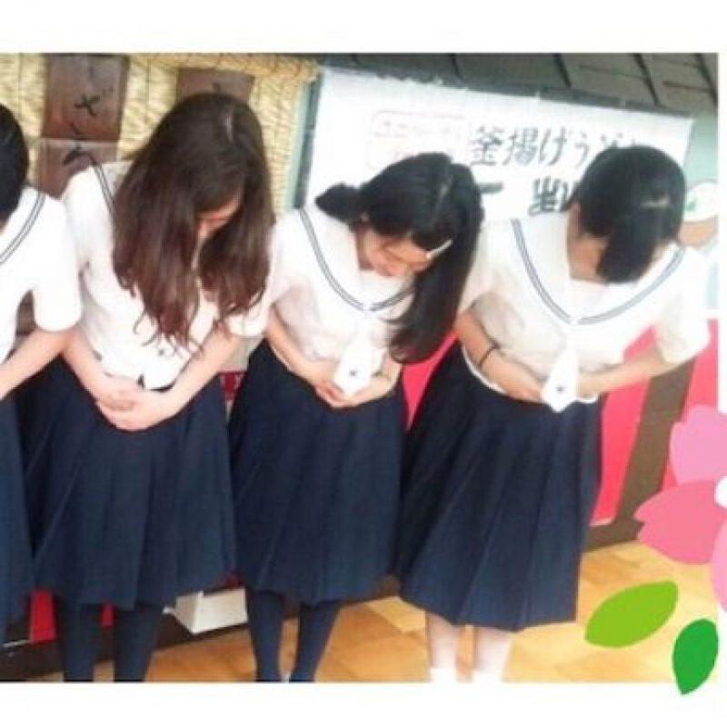 Si es mujer, la reverencia es con las manos cruzadas por delante Foto:Instagram.com/marika10disney