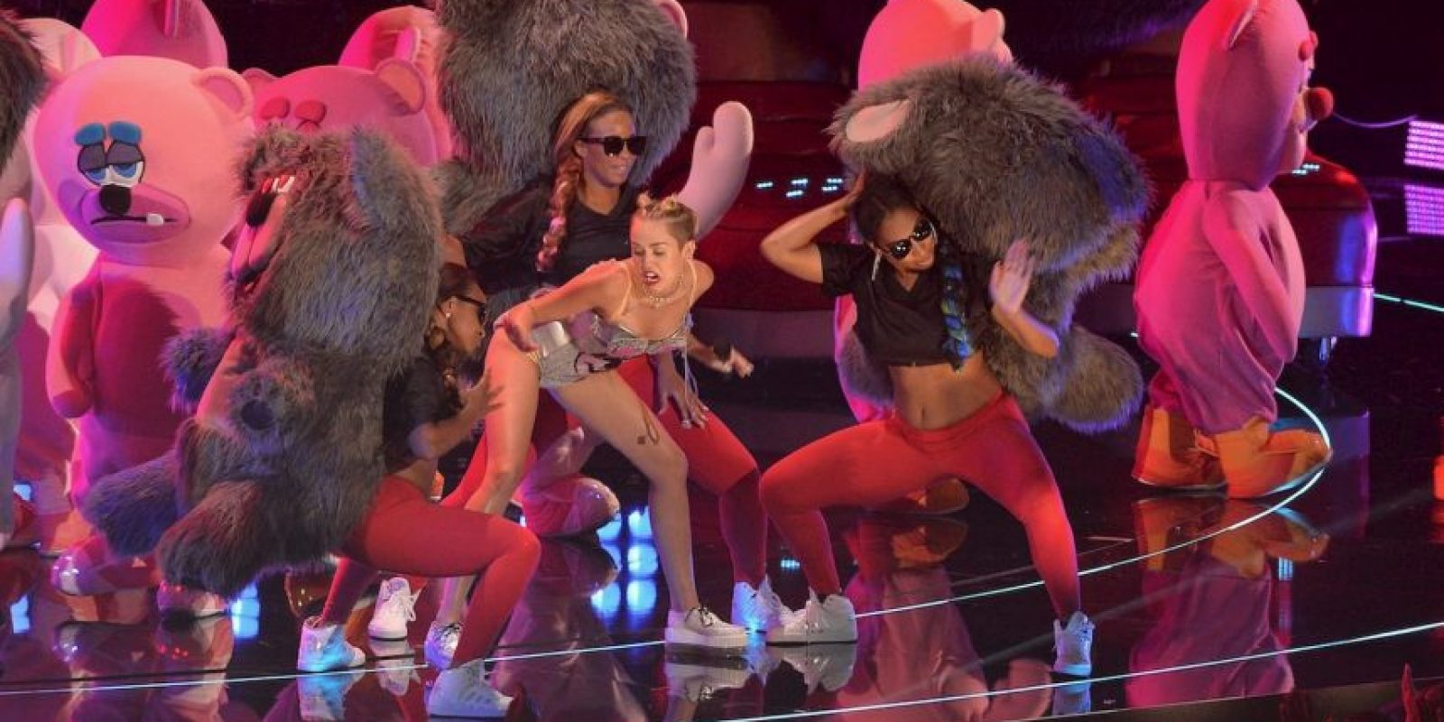 "Interpretó la canción ""We Can't Stop"" junto a un ballet de osos de peluche. Foto: Getty Images"