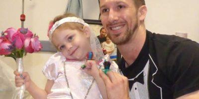 Lo hizo con su enfermero Matt Hickling. Foto:vía Amazing Abby/Facebook