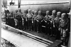 Esta fotografía de los primeros buzos del submarino Royal Navy, del registro del Museo Nacional de la Marina Real del Reino Unido, se utilizó para apoyar la falsa historia en internet Foto:vía facebook.com/lucianoadan