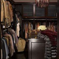 Kim convirtió un dormitorio de invitados en un armario principal Foto:Vía instyle.com