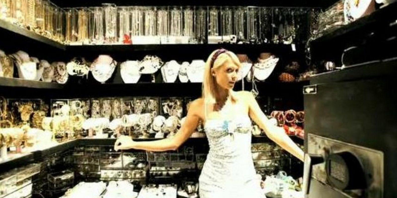 Guarda más de 200 pares de zapatos, incluidos los de su propia colección, pero en otro espacio tiene prendas de alta costura de firmas como Ungaro, Roberto Cavalli, Dolce & Gabbana y Versace Foto:Vogue