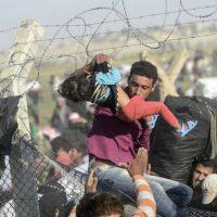 Miles de sirios se han movilizado hasta la frontera con Turquía, esto para escapar del grupo terrorista Estado Islámico. Foto:AFP