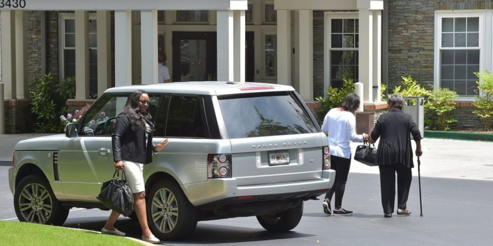 Familiares de Houston llegaron minutos antes del lugar, por lo que se especuló que la persona que salió del vehículo era Bobbi. Foto:Getty Images