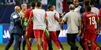 Los panameños amagaron con irse de la cancha, pero su entrenador, Hernán Darío Gómez los convenció de seguir jugando. Foto:Getty Images