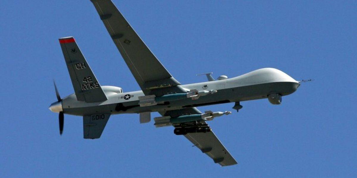 Un dron militar se estrella en Irak y hombre se toma selfie con el aparato