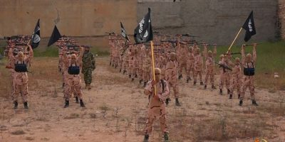 El video de propaganda muestra cómo el grupo terrorista entrena a sus próximos militantes. Foto:AP