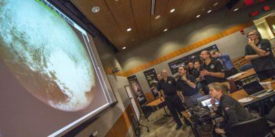 La NASA confirmó que las manchas blancas que se ven en las imágenes de Plutón es hielo de metano e hidrógeno. Foto:AP