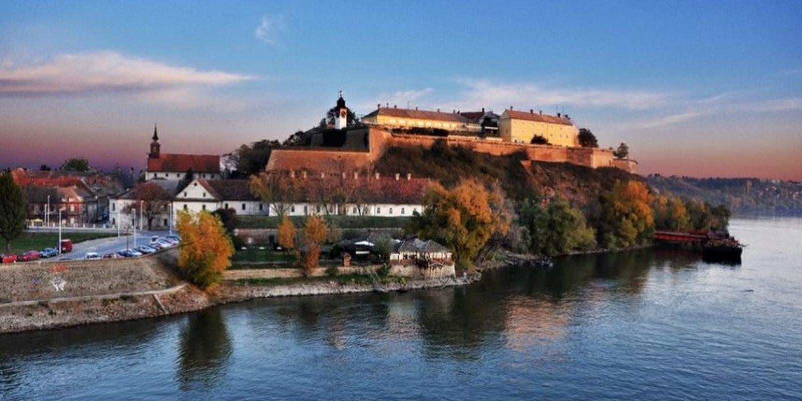 """Situado sobre una colina, en la orilla derecha del río Danubio, Petrovaradin Fortaleza es un sitio ideal para festivales musicales. En él se raliza el mejor festival europeo musical el """"Festival EXIT"""". Foto:Wikimedia"""