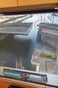 Este es el momento exacto en el que la camioneta sufre el accidente Foto:Vía Youtube/WereldRegio Schouwen-Duiveland