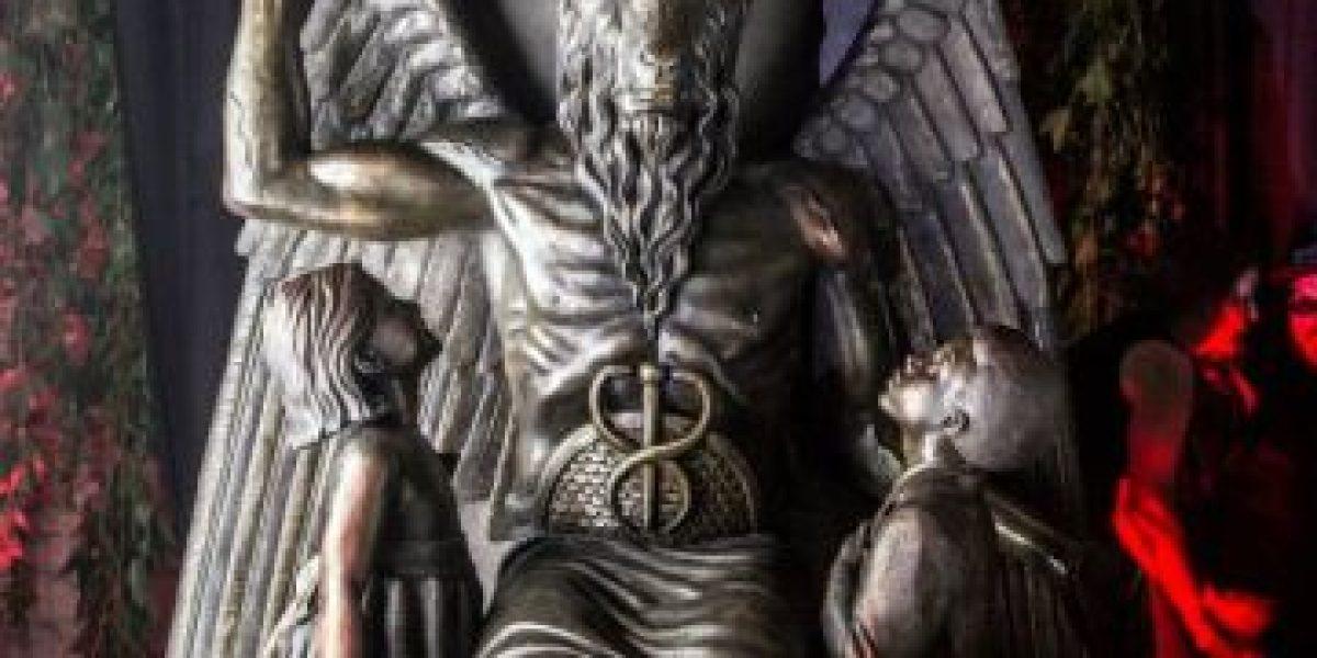 Estados Unidos: Inauguran estatua de Satanás que muestra a niños adorándolo