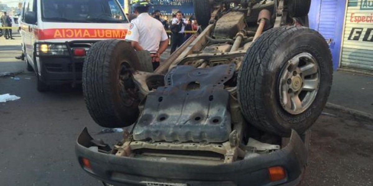 Niña muere en automóvil volcado en la zona 9, su mamá está grave