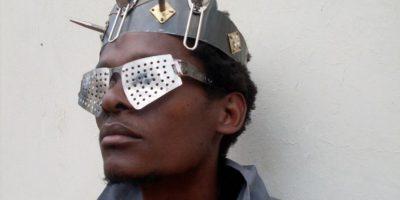 Un africano elabora anteojos con desechos