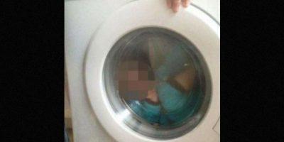 La mujer declaró que su hijo se ve sonriendo en la imagen y que ella misma fue quien le ayudó a subirse al electrodoméstico. Foto:Vía Facebook/CourtneyStewart