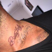 """""""Hermosa dama"""" escribió en su cuello juto arriba del nombre de su hija. Foto:Instagram/DavidBeckham"""