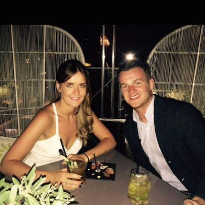 Emily Thomson, asistente del actor, compartió una foto junto a su novio. Foto:Facebook/EmilyThomson
