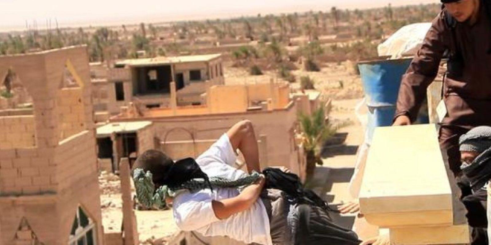 Las ejecuciones de homosexuales son comunes en la zona controlada por ISIS Foto:Twitter.com/raqqa_mcr