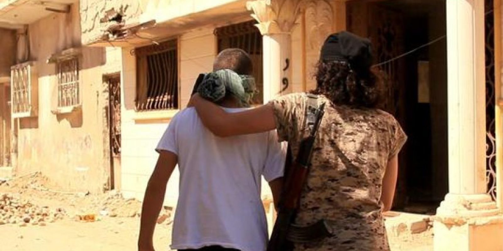 Este es el abrazo de la muerte que le dan a sus víctimas Foto:Twitter.com/raqqa_mcr