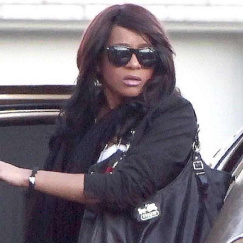 Hasta que en febrero de 2012, Whitney murió en la bañera. Y tres años después su hija seguía el mismo camino, después de afrontar un largo coma. Foto:vía Getty Images