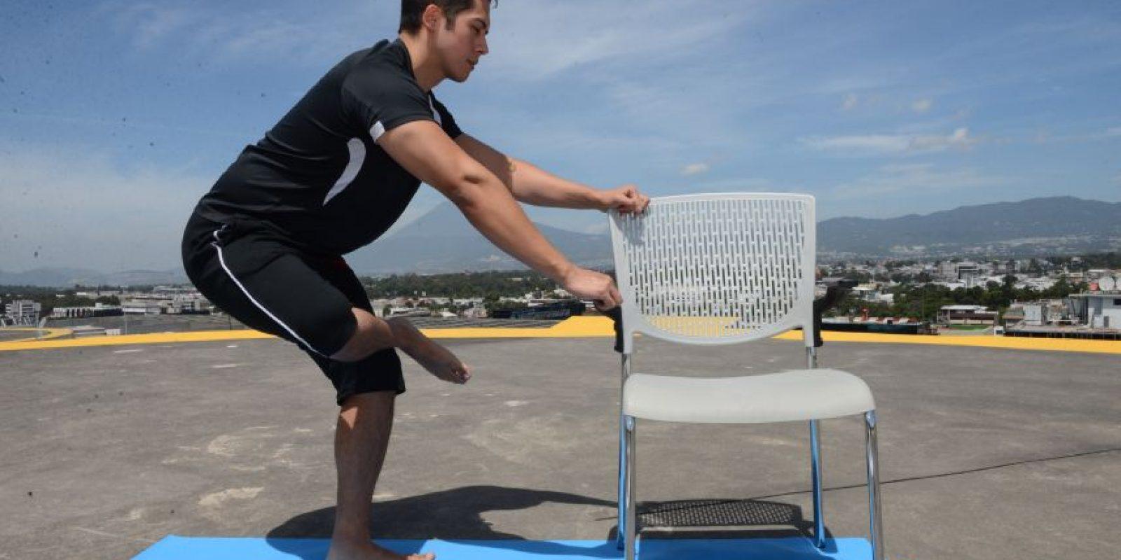 5. Pierna cruzada Apoyandose en una silla Foto:Oliver de Ros
