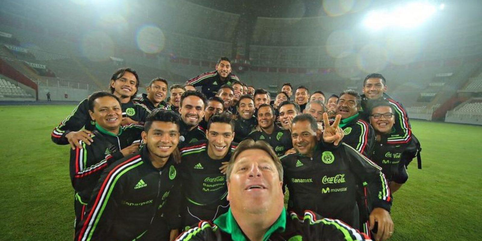 Miguel Herrera (al frente) es todavía entrenador de la Selección Mexicana de Fútbol. Foto:twitter.com/MiguelHerreraDT