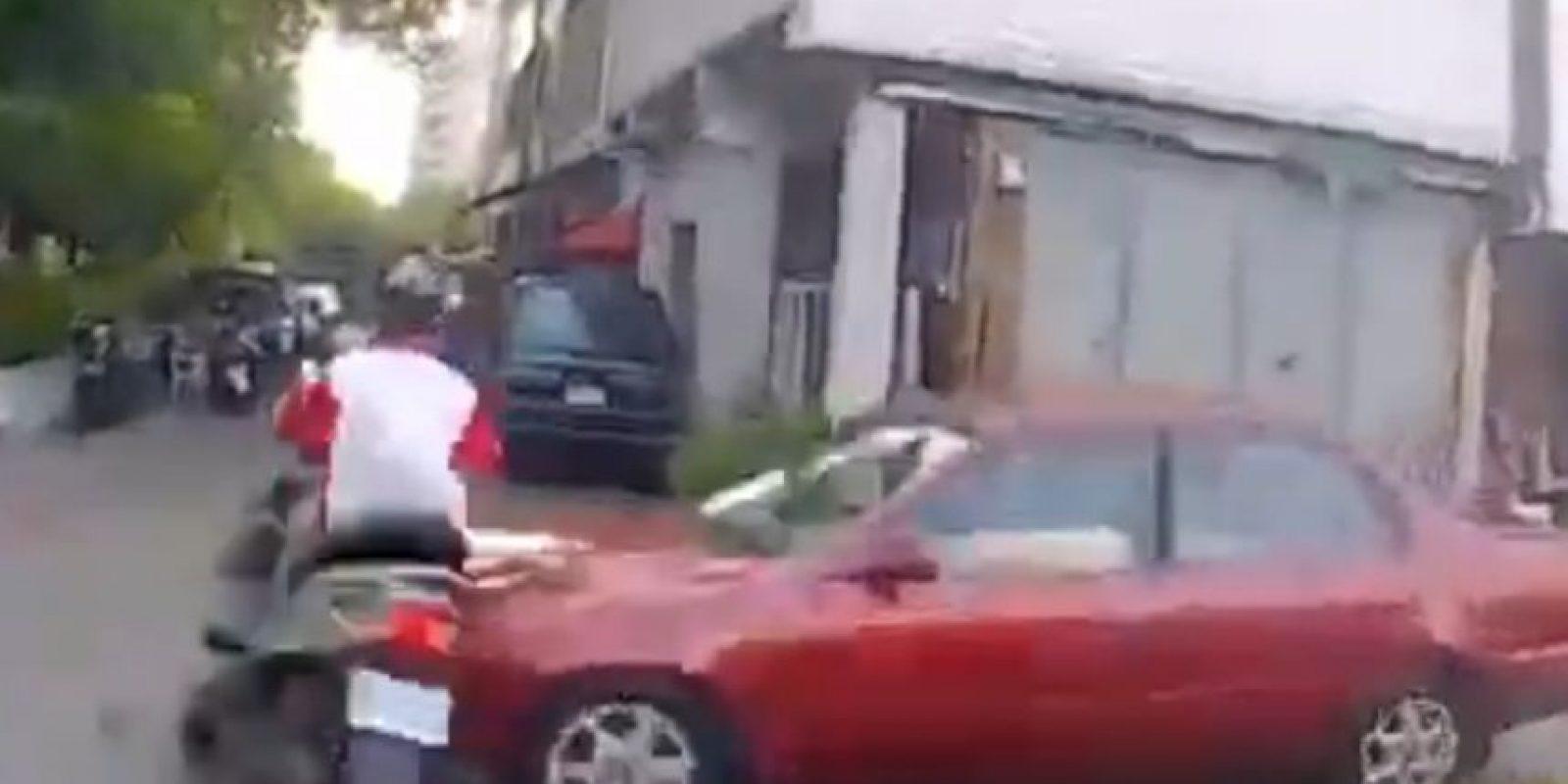 Luego fue impactado por este auto. Foto:LiveLeak