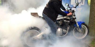 Presumía cómo quemaba el neumático de su moto y miren lo que pasó… Foto:Vía youtube/LM