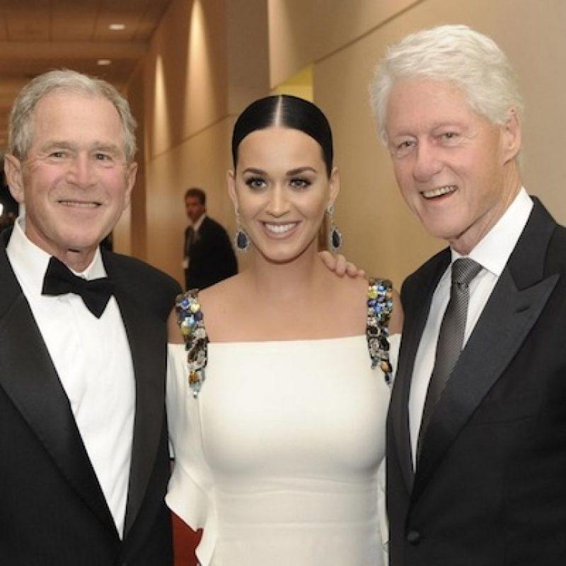 Katy posó junto a los ex presidentes Clinton y Bush. Foto:Instagram/KatyPerry