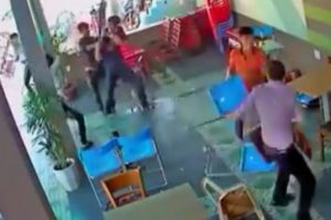 Este fue el momento en el que comenzaron a golpearse con las sillas. Foto:Vía Youtube