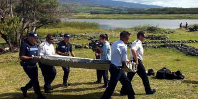 Expertos sospechan que el fuselaje esta relacionado con el avión desaparecido de la aerolínea asiática Malaysia Airlines en 2014. Foto:AFP