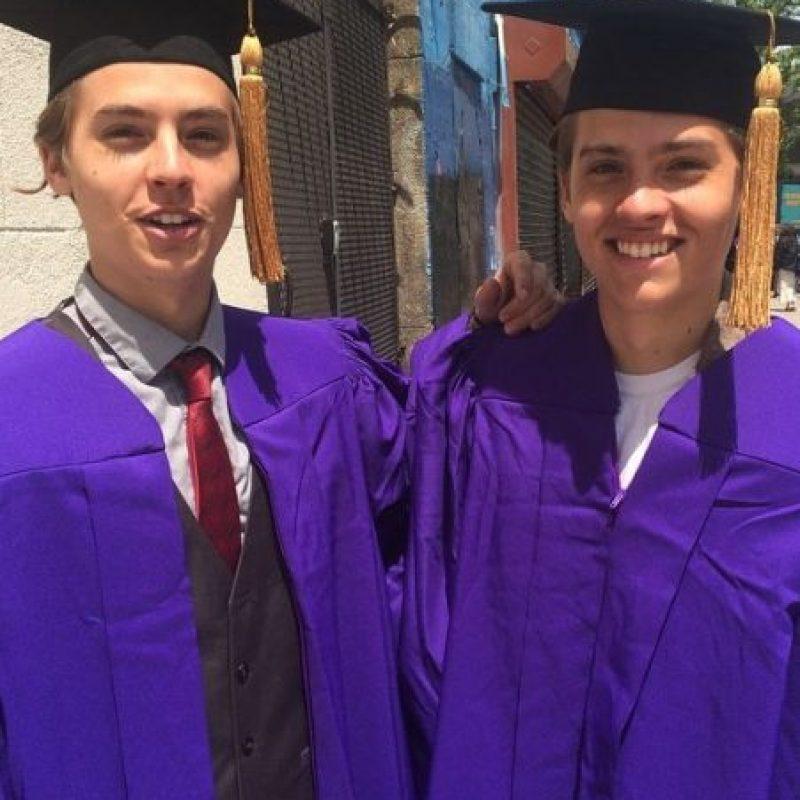 """Dylan, quien interpretó a """"Zack"""", se graduó de la carrera de diseño de videojuegos; mientras que Cole (""""Cody"""") obtuvo mención honorífica en arqueología. Foto:vía twitter.com/colesprouse"""