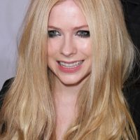 """Avril Lavigne es una entusiasta cazadora. Cuenta incluso que las peleas con su hermano no eran sólo por la patineta. """"Mi hermano solía decirme: 'Tú eres una chica y no puedes ir con nosotros de caza', entonces yo le contestaba: 'Tú eres un idiota' y nos peleábamos por ir de cacería con mi padre"""", relató a la revista de cazadores, Outdoor Life Foto:Getty Images"""