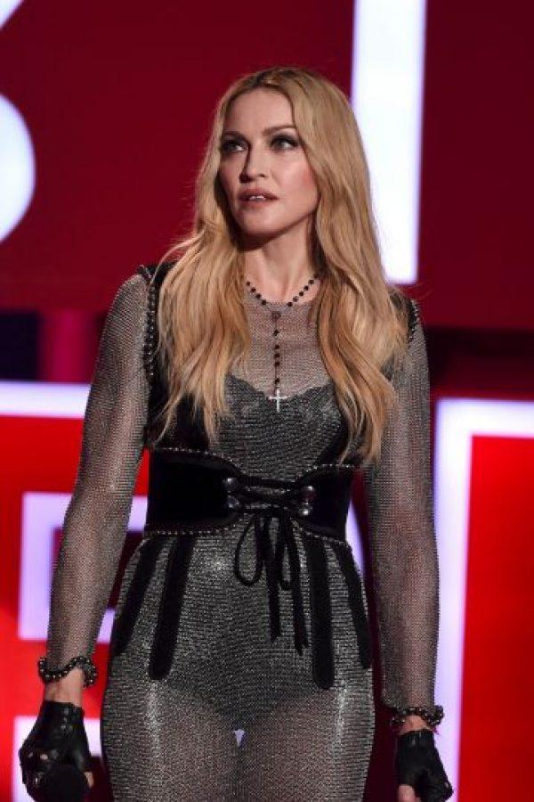 """En 2001, Madonna gastó 13 mil dólares al día para que su entonces marido, Guy Ritchie, cazara faisanes en una finca de Inglaterra. También le regaló dos escopetas Beretta de miles de dólares. La """"Reina del pop"""" reconoció a """"Daily Mail"""" que disfrutaba la caza de faisanes en sus años con Ritchie. """"Me gusta desayunar al estilo inglés, con mi sopa macrobiótica, luego salgo a la finca y me gusta disparar a faisanes"""" Foto:Getty Images"""