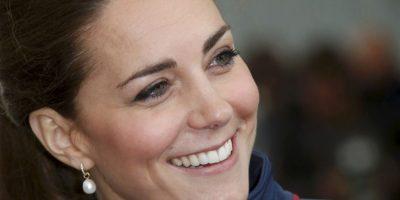 Kate Middleton se metió en líos con activistas cuando se informó que había ido de caza con la Familia Real. Fue muy criticada por llevar joyas que resaltaban en su abrigo de camuflaje Foto:Getty Images