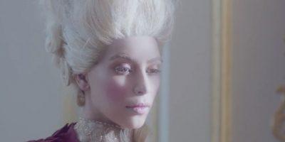 Se convierte en María Antonieta. Foto:vía Youtube/Hype