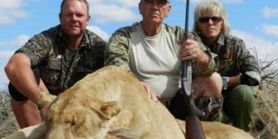 """El actor de Hollywood Lee Ermey fue acusado de """"asesino repugnante"""" por subir fotos a su cuenta de Facebook cazando leones y otros animales, mostrándolos como trofeos Foto:Vía facebook.com/R.Lee.Ermey"""