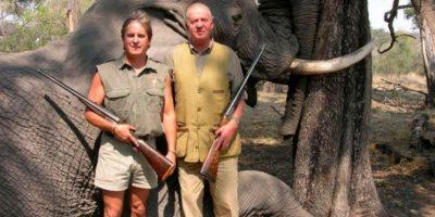 El Rey Juan Carlos de España fue duramente criticado por diversas organizaciones y activistas por aparecer en un safari en Botswana tomándose fotografías junto a un elefante muerto luego de cazarlo Foto:Tumbrl