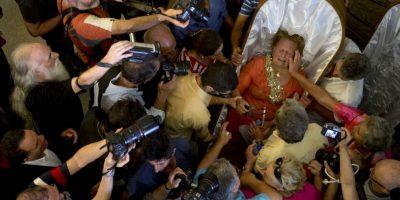 """Mujer es consolada tra la """"Procesión de las cubiertas"""", en la que personas que escaparon de la muerte son llevadas en ataudes por sus familiares para agradecer que están vivos. Foto:AFP"""