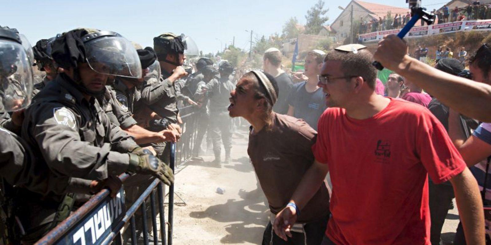Israelíes pelean con fuerzas de seguridad del país Foto:AFP
