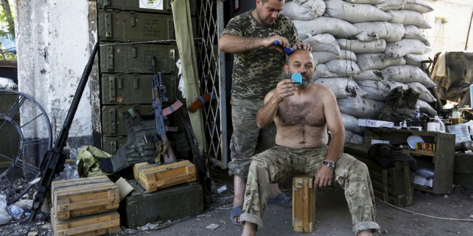 Soldado ucraniano recibe corte de cabello. Foto:AFP