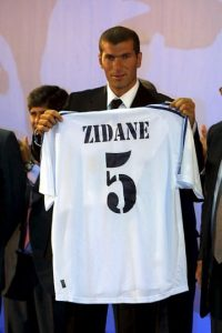 El defensa italiano tomó el 5 de Zidane cuando llegó al Real Madrid después de ganar el Mundial, pero tuvo una actuación discreta en los 3 años en que jugó con el club merengue. Foto:Getty Images