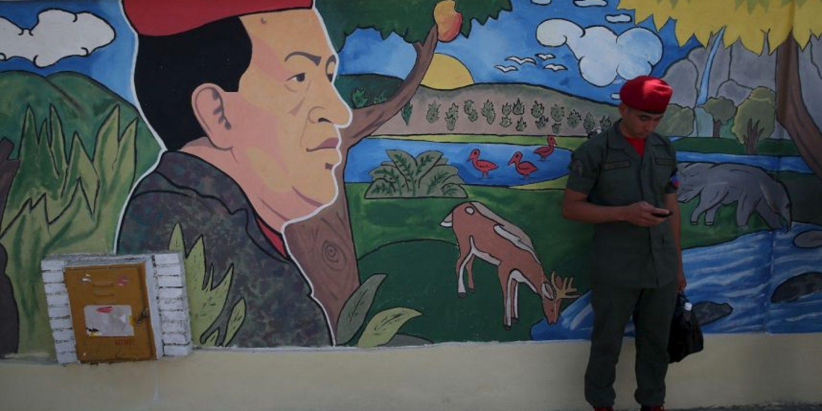 Junto a ella los cuadros de los mandatarios Hugo Chávez y Nicolás Maduro. Foto:Getty Images